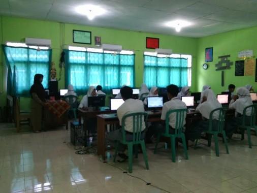 Pelaksanaan UN di SMAN 1 Way Jepara, Senin, 4/4/2016 |  Parman/jejamo.com
