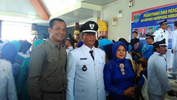 Wakil Ketua I DPRD Kabupaten Lampung Tengah, bersama Kepala Kampung Poncowati Gunawan,  usai acara pelantikan | Raeza/jejamo.com