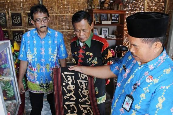 Walikota Metro Achmad Pairin saat meninjau beberapa pelatihan keterampilan warga binaan yang tersedia di Lapas Klas II A Kota Metro, Kamis, 7/4/2016 |Tyas Pambudi/Jejamo.com