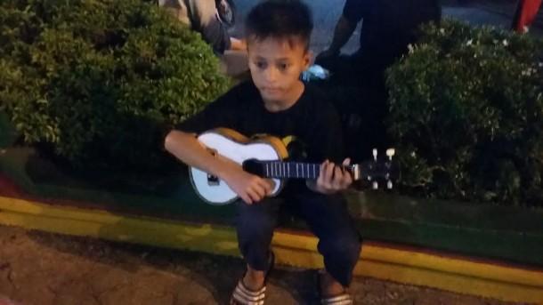 Muhammad Arifin (11), warga Jalan RE Martadinata, Telukbetung Selatan, Bandar Lampung, pengamen cilik yang biasa mangkal di Bundaran Tugu Adipura dan Lungsir |Tama/jejamo.com