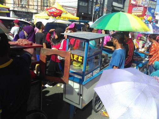 Sejumlah pedagang makanan mendapat untung lumayan saat berjualan di Jalan Sehat HUT Majelis Taklim rachmat Hidayat, Minggu, 24/4/2016, di Tugu Adipura. | Andi Apriyadi/Jejamo.com