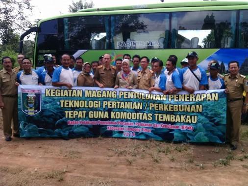 Bupati Lampung Timur Chusnunia Chalim berfoto bersama dengan petani yang berangkat magang di Malang dan Yogyakarta, Senin, 18/4/2016. | Parman/Jejamo.com
