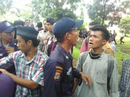 Demo mahasiswa IAIN Raden Intan Bandar Lampung ricuh, Selasa, 26/4/2016. Beberapa sekuriti kampus menyita sejumlah barang milik Unit Kegiatan Mahasiswa Seni Budaya Islam (UKM SBI) di sekretariatnya. | Andi Apriyadi/Jejamo.com