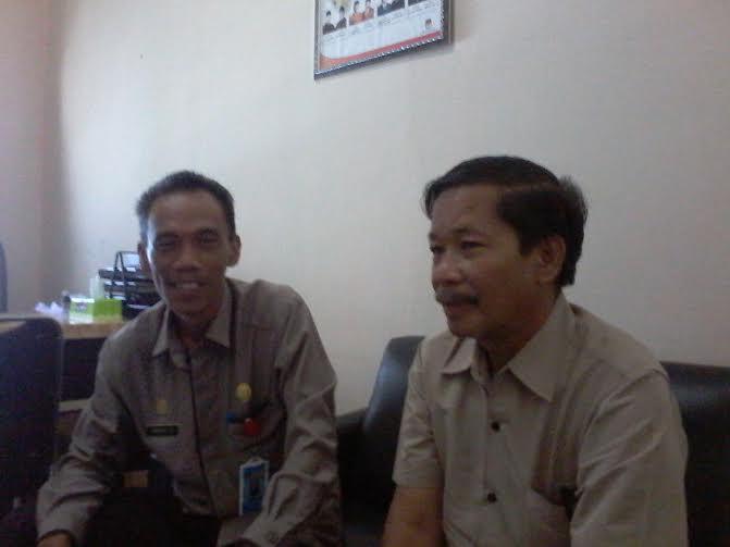 Sekretaris KPU Tulang Bawang Barat Markurius RA saat diwawancarai Kepala Biro Jejamo.com Buhairi Aidi | Mukaddam/jejamo.com