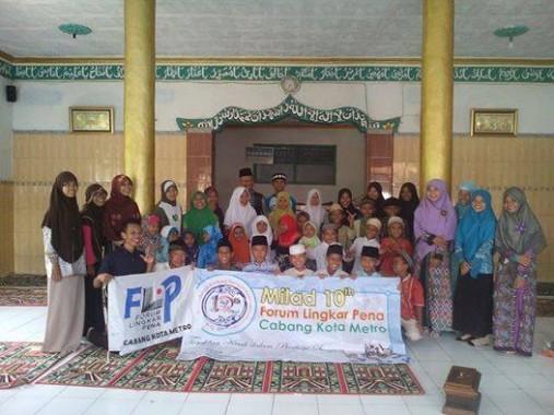 Acara bakti sosial FLP Metro di Lampung Selatan dalam rangka Semarak FLP. | Ist