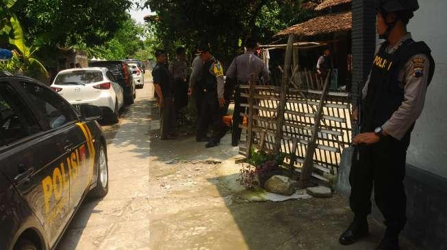 Anggota Polisi saat mengamankan rumah Siyono di Klaten, Jawa Tengah | ist