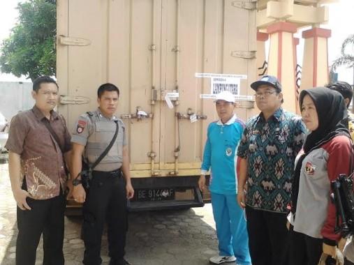 Kepala Dinas Pendidikan Lampura H Adrie (batik hijau) menerima kedatangan logistik soal-soal UN tingkat SMA | Lia/jejamo.com