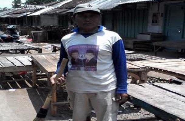 Sudiono sedang membersihkan sampah di Pasa Tribuono, Batanghari, Lampung Timur | Wahyu/jejamo.com