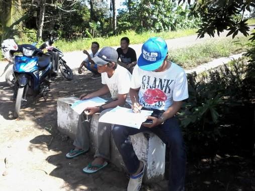 Petugas Dinas PU Lampung sedang survei jalan di Desa Bandar Abung, Lampung Utara, selama satu minggu. | Mukaddam/Jejamo.com