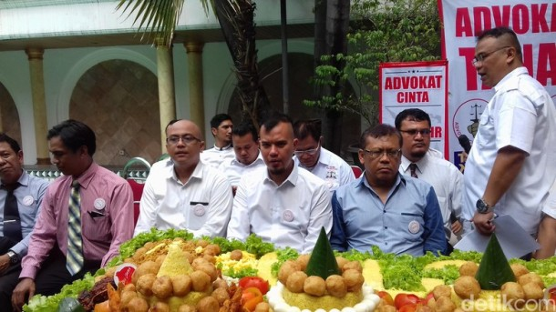 Ahok Diperiksa KPK, Ahmad Dhani Potong Tumpeng