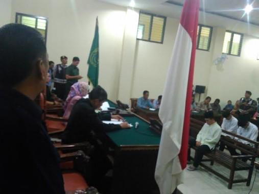 Terdakwa K, pelaku pembunuhan sadis terhadap Dwiki Dwi Sofyan duduk mendengarkan putusan majelis hakim | Andi/jejamo.com