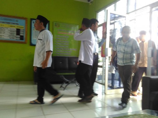 Ketiga tersangka pembunuh Dwiki Dwi Sofyan, yakni K, IAP, dan RH keluar dari Lapas Anak untuk menjalankan sidang di PN Tanjungkarang, Selasa, 5/4/2016. | Andi Apriyadi/Jejamo.com