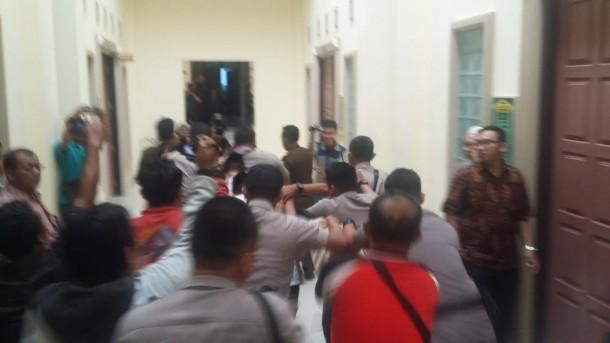 Ketiga tersangka pembunuh Dwiki digiring usai sidang di Pengadilan Negeri Tanjungkarang, Bandar Lampung, Kamis 7/4/2016. | Andi Apriyadi/Jejamo.com