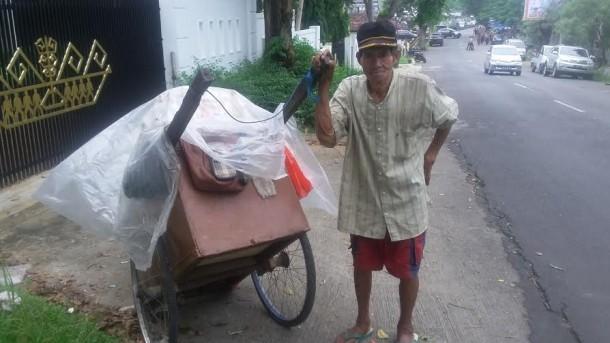 Johan (68), warga Talangbawah, Kecamatan Telukbetung Selatan, Bandar Lampung, keseharianya bekerja sebagai pemungut rongsokan | Tama/jejamo.com