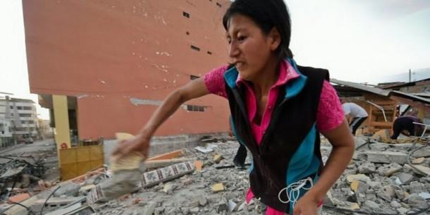 Usaha Putus Asa Istri Korban Gempa Ekuador