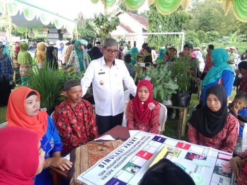 Wakil Bupati Lampung Tengah Loekman Djoyosoemarto saat berkunjung ke Kampung Siwo Binangun, Kecamatan Seputih Banyak, Rabu, 6/4/2016. | raeza Handani/Jejamo.com