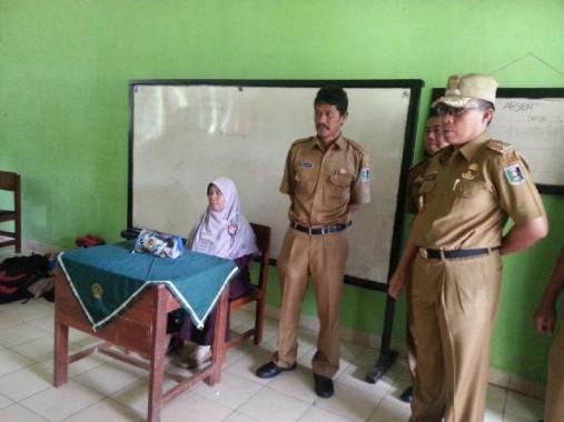 Wakil Bupati Lampung Timur  Zaiful Bukhori meninjau pelaksanaan UN di SMA N 1 Pekalongan, Senin, 4/4/2016 | Parman/jejamo.com