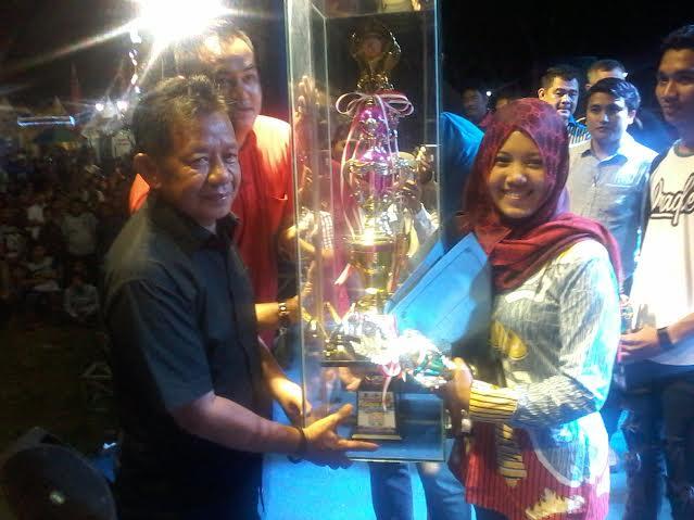 Wakil Bupati Tubaba Fuzi Hasan menyerahkan piala bergilir kepada Stage Band, pemenang festival musik HUT Tulangbawang Barat. | Rengki/Jejamo.com
