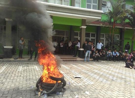 Aksi demo mahasiswa IAIN Raden Intan Lampung di halaman parkir gedung Rektorat IAIN, Rabu 27/4/2016. Mereka menuntut 15 mahasiswa yang ditangkap polisi agar dibebaskan. | Andi/Jejamo.com