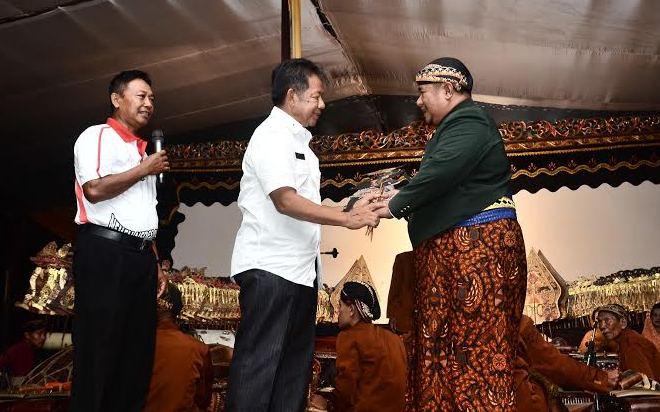 Wakil Bupati Fauzi Hasan memberikan cindera mata kepada dalang Ki KH. Manteb Hikayat, Sabtu malam, 10/4/2016. | Ist.
