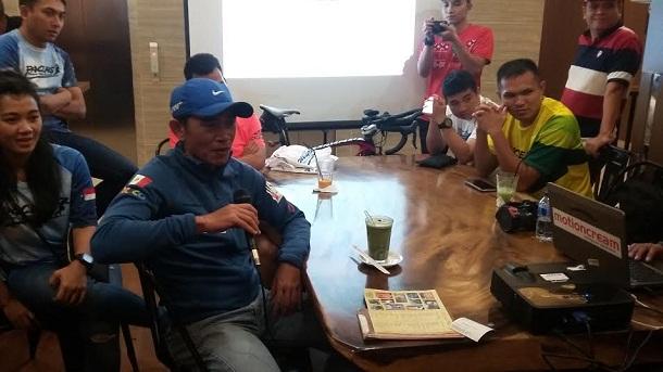 Pelari lintas alam kondisi ekstrem (Ultra-Trail), Hendry Wijaya (megang mik) saat menceritakan perjalanannya ke media di Els Coffea, Sabtu malam, 23/4/2016. | Arif Wiryatama/Jejamo.com