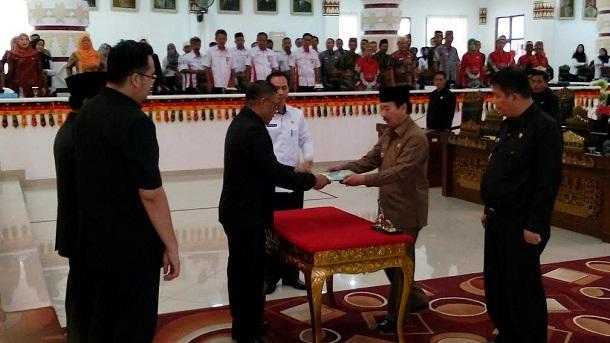 Wali Kota Bandar Lampung Herman HN, usai menandatangani Raperda Perlindungan anak di ruang rapat paripurna DPRD Kota Bandar Lampung, Rabu 27/4/2016. | Arif Wiryatama/Jejamo.com