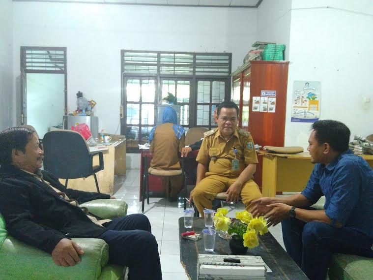 Kasubag Humas Pemda Way Kanan, Nazaini (tengah) saat mendengarkan penjelasan Pimpinan Perusahaan Jejamo.com, Arif Surahman (kanan) dan Kabiro Jejamo.com Buhairi Aidi (kiri) tentang media online, di kantor humas setempat, Selasa, 19/4/2016. | Wahyu/Jejamo.com