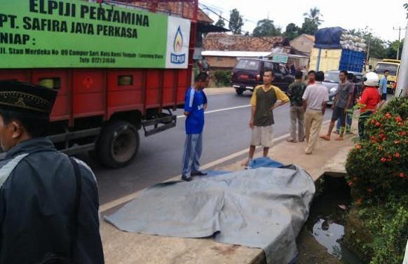 Korban kecelakaan lalu lintas di Jalan Lintas Sumatera, Kelurahan Bernah Kecamatan Kotabumi Selatan Kabupaten Lampung Utara, Sabtu, 16/4/2016. | Rengki/Jejamo.com