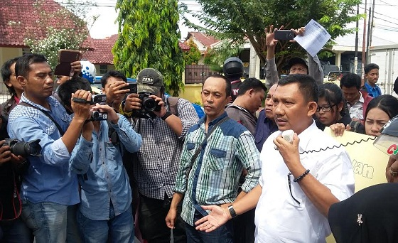 Ketua AJI Lampung, Yoso Mulyawan dan ketua PWI Lampunh saat menyampaikan orasi di depan kantor PWI Lampung, Rabu 20/4/2016. | Arif/Jejamo.com