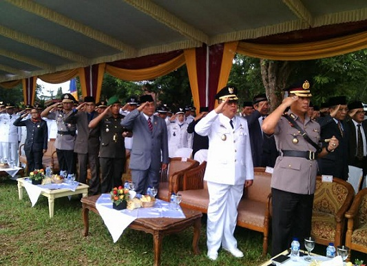 Jajaran Pemkab Lampung Timur mengikuti upacara HUT ke-17 kabupaten setempat, Rabu, 20/4/2016. | Parman/Jejamo.com