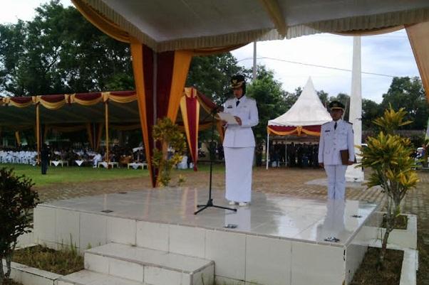 Bupati Lampung Timur, Chusnunia Chalim saat memberikan sambutan dalam upacara peringatan HUT ke-17 kabupaten setempat, Rabu, 20/4/2016. | Parman/Jejamo.com