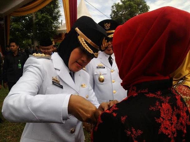 Bupati Lampung Timur memberikan penghargaan satya lencana kepada para pegawai yang telah berbakti serta mengabdi. | Parman/Jejamo.com (*)