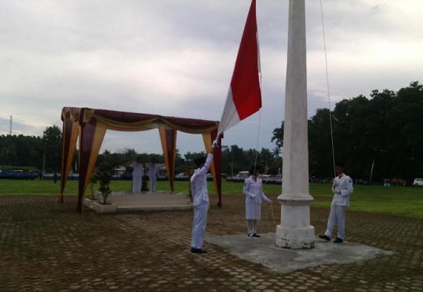 Upacara pengibaran bendera dalam peringatan HUT ke-17 Kabupaten Lampung Timur, Rabu, 20/4/2016. | Parman/Jejamo.com
