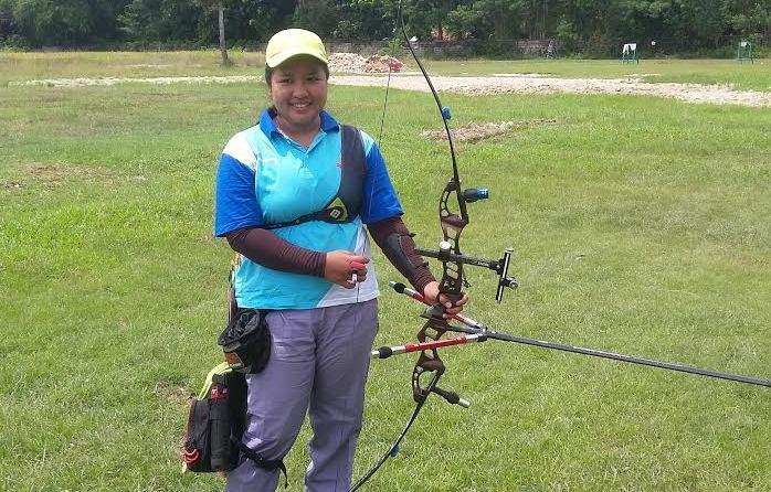 Mesra Ayuni, atlet panahan Lampung saat sedang menjalani latihan di Natar Lampung Selatan, Sabtu, 9/4/2016. | Arif/Jejamo.com