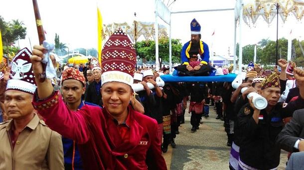 Bupati Lampung Tengah Mustafa,  bersama tokoh adat nasional Surya Paloh, saat hendak memasuki gedung Sesat Agung Nuwo Balak Lamteng, Senin, 11/4/2016. | Raeza/Jejamo.com