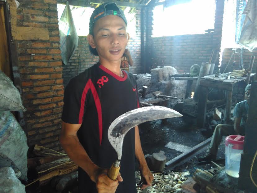 Suwanto, perajin pandai besi di Karangrejo saat menunjukkan alat pertanian yang baru saja selesai dibuat, Senin, 25/4/2016. | Wahyu/Jejamo.com