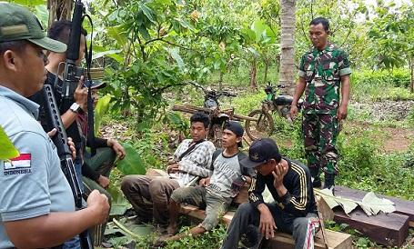 Anggota Tim Intel Korem 043/ Gatam menangkap pembalak liar yang diduga mencuri kayu dari kawasan hutan register 19 Pesawaran, Sabtu, 16/04/16. | Ist.
