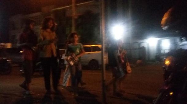 Para pengemis maupun pengamen cilik berkeliaran di Saburai, Bandar Lampung, Sabtu malam, 30/4/2016. | Arif Wiryatama/Jejamo.com