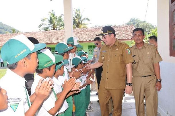 Bupati Pesawaran, Dendi Ramadhona disambut para siswa saat melakukan kunjungan kerja di Pulau Legundi Pesawaran, Selasa, 19/4/2016. | Irma/Jejamo.com