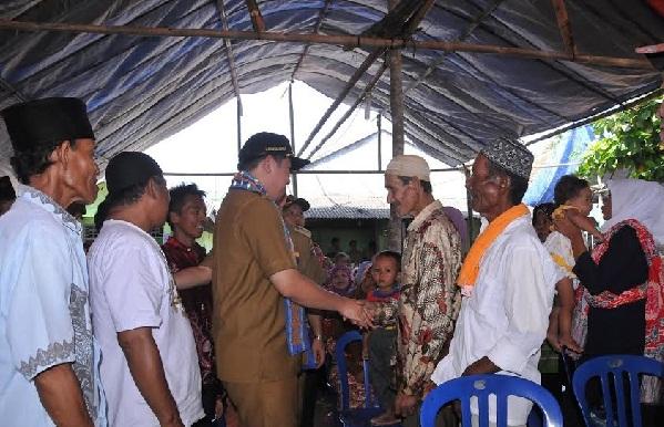 Bupati Pesawaran, Dendi Ramadhona menyerahkan bantuan kepada warga Pulau Legundi Pesawaran, Selasa, 19/4/2016. | Irma/Jejamo.com