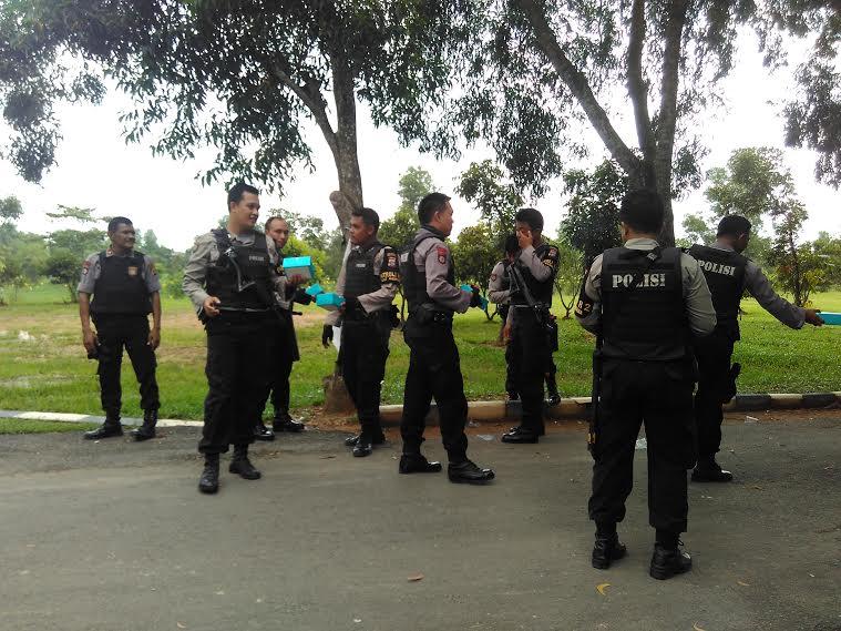 Ratusan Anggota Polisi Polresta Bandar Lampung dan Polsekta Sukarame berjaga dilokasi acara wisuda kampus IAIN Raden Intan Lampung. Kamis 28/4/2016. | Andi Apriadi/Jejamo.com