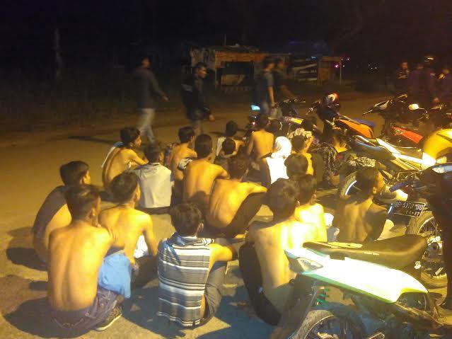 Puluhan remaja terjaring razia di PKOR Way Halim Bandar Lampung saat menggelar balap liar, Minggu, 3/4/2016. | Andi/Jejamo.com