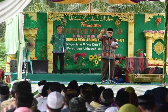 Sekda Lampung Utara Samsir saat memberikan sambutan dalam acara peringatan Isra Mi'raj di Masjid Darul Muslimin Semuli Raya, Kamis 28/4/2016. | Lia/Jejamo.com