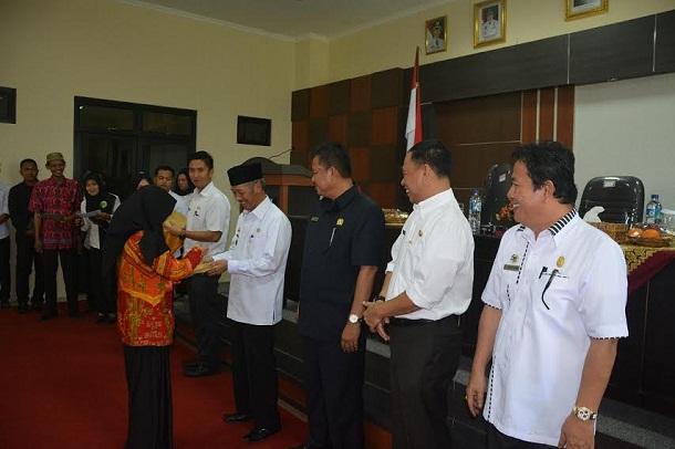 Bupati Pringsewu Sujadi menyalami kafilah pada acara penyambutan sekaligus ramah-tamah di aula utama Kantor Bupati Pringsewu, Rabu, 27/4/2016. | Ist.