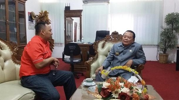 Kepala Diskominfo Lampung, Sumarju Saeni saat menerima kunjungan pemimpin redaksi Jejamo.com, Adian Saputra, Selasa, 19/4/2016. | Arif/Jejamo.com