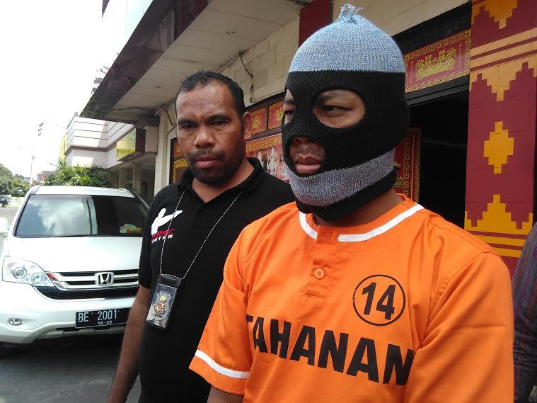 Joko Susilo, tersangka penusukan teman sekantor usai berebut mengisi BBM di salah satu SPBU Lampung. | Andi/Jejamo.com