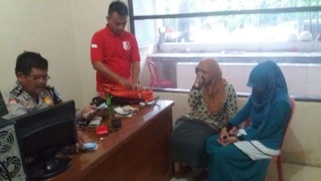 ID dan RK, ibu dan anak yang menjadi tersangka pencurian kotak amal di salah satu masjid di Bandar Lampung, sedang dimintai keterangan polisi, Sabtu, 23/4/2016. | Andi/Jejamo.com