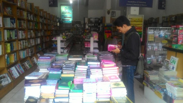 Salah satu pengunjung toko buku discount Book Center, Dwi usai diwawancarai Jejamo.com, Sabtu 23/4/2016. | Arif Wiryatama/Jejamo.com