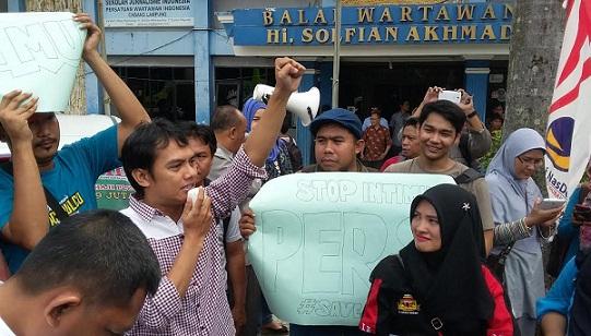 Aksi para wartawan Lampung menggelar longmarch di tugu Adipura Bandar Lampung menentang intimidasi dan pelecehan terhadap profesi jurnalis, Rabu, 20/4/2016. | Sugiono/Jejamo.com