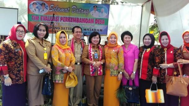 Staf Ahli Gubernur, bersama forkopimda Kabupaten Lampung Tengah dan tim evaluasi usai melakukan penilaian lomba perkembangan kampung dan kelurahan tingkat Provinsi Tahun 2016 | Raeza/jejamo.com
